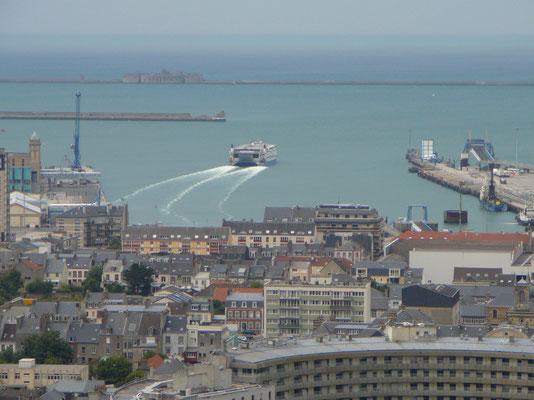 Blick auf den Hafen von Cherbourg vom Nationalmuseum oberhalb der Stadt