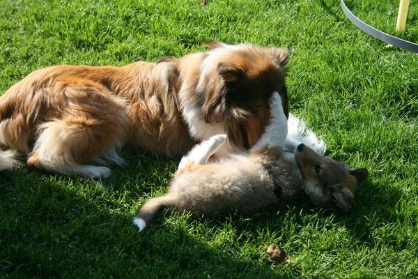 Meggy verabschiedet sich von ihrem Söhnchen Pino, das zweite Kind, das auszieht