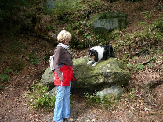 Jutta mit Sheila auf dem Hermann-Löns-Weg