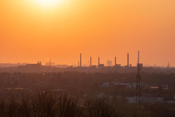 Die Schornsteine der Kokerei Zollverein perfekt aufgereiht am Horizont
