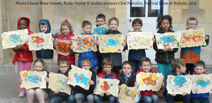 Photo des élèves de Mme Simon à l'école de Donzy avec les réalisations de cartes aux trésors des lutins avec l'illustratrice Cloé Perrotin