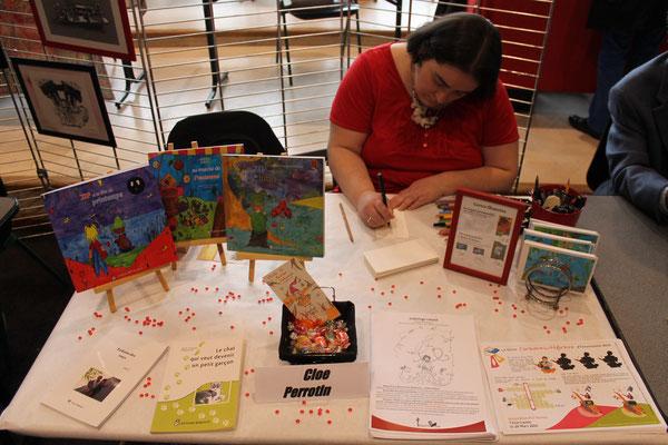 L'illustratrice Cloé Perrotin dédicace le livre Le chat qui veut devenir un garçon à la Caravane Littéraire d'Yzeurespace en 2016