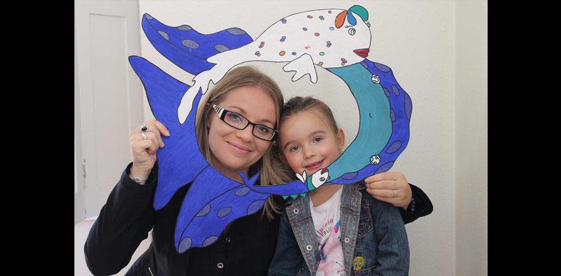 Claire Brunet et sa fille avec la silhouette photos booths de Faribole et Mistigri illustré par Cloé Perrotin paru chez Yil Edition au Salon de St Doulchard 2017