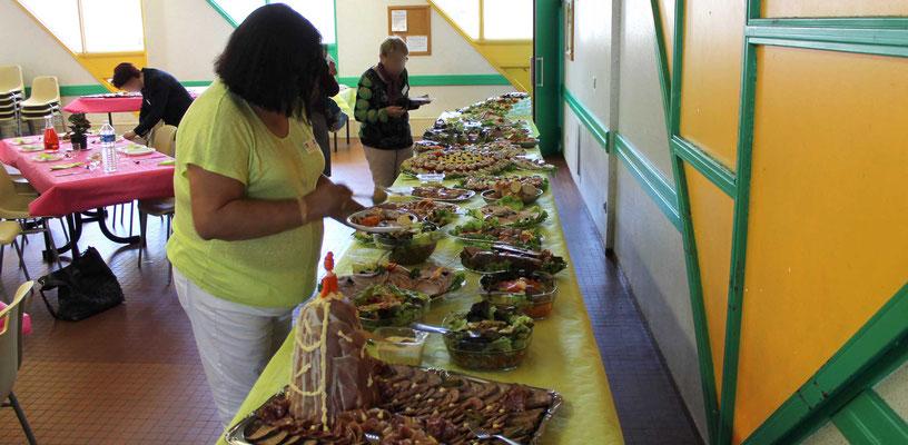 Le buffet du repas du Salon Littér'Halles de Decize en Mai 2017