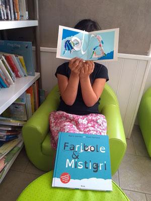 Carte Pop-Up spirale d'une jeune fille à la bibliothèque de Cossaye dans la Nièvre en 2018