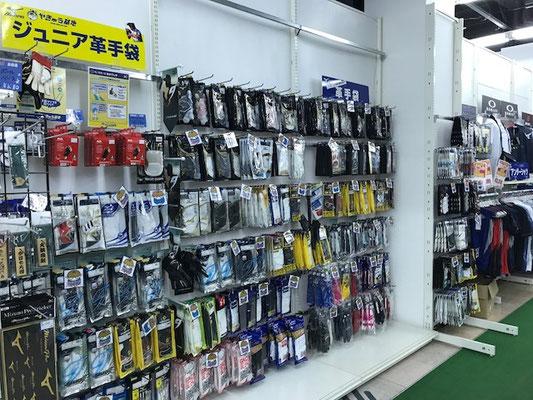 バッティング手袋と守備用手袋は壁一面にあります。