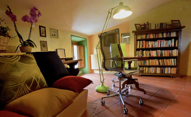 bookshelves, cards, villa, Casafredda, Arezzo, Toscana, Tuscany, agriturismo, casa vacanza