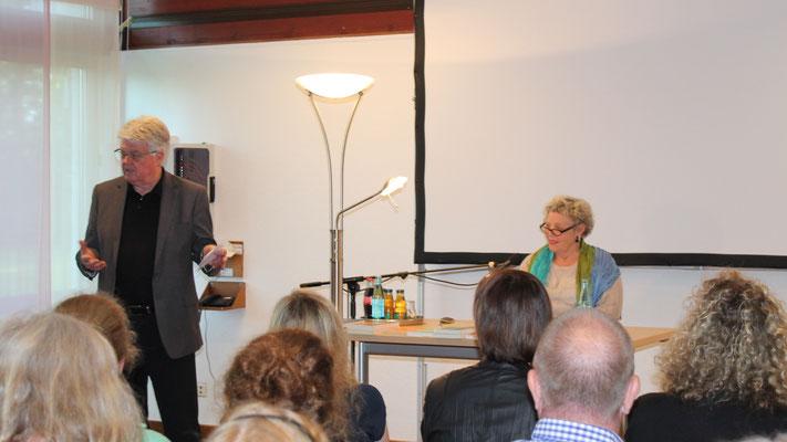 Krimi Lesung in der der Psychiatrie?  fragten die beiden Moderatoren der Landhaus Lesung in der LWL-Klinik Dortmund, Angelika Nehm und Hans Joachim Thimm, die über 60 Zuhörerinnenr und Zuhörer der Lesung mit Ursula Maria Wartmann. Rasch wurde deutlich, da