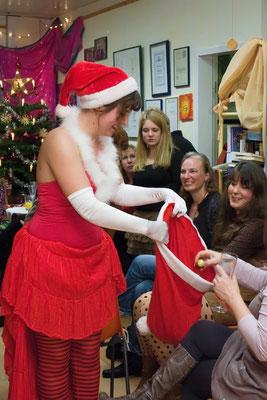 """Bauchtänzerin Leela als """"Miss Santa"""" auf einer Weihnachtsfeier"""