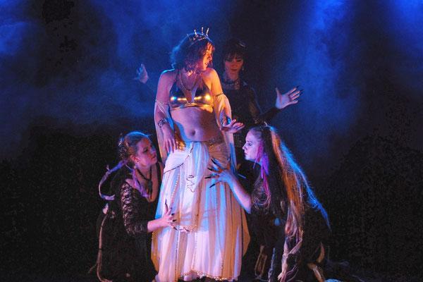Tanztheaterszene: Inanna und Weird Sisters in der Unterwelt