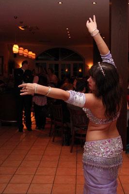 Bauchtänzerin Leela tanzt auf einer Hochzeit
