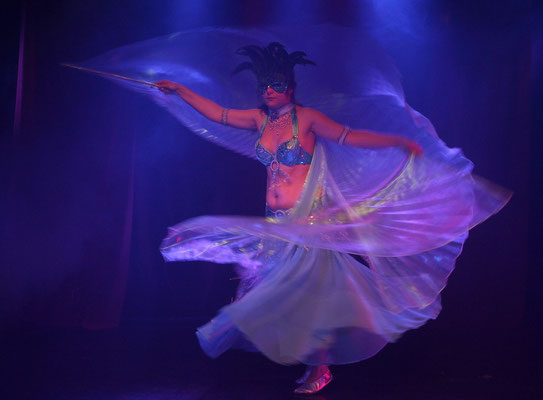 Leela mit Isiswings in der Show Bellydance Bizarre