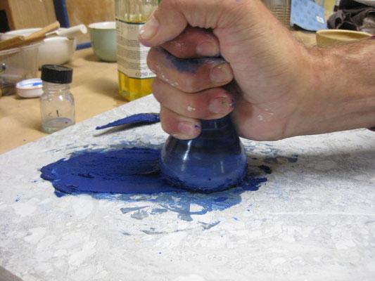 die dann mit dem Bindemittel zur Farbe angerieben werden können. (Hier zu Ölfarbe).