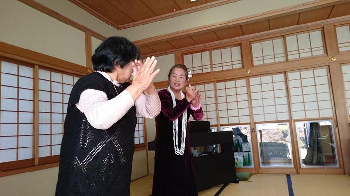 山本英子さんによるフラダンス。楽しくなって大橋さんが飛び入り参加。