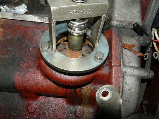 Pumpenrad mit Spezialwerkzeug auf die Pumpenwelle aufpressen.