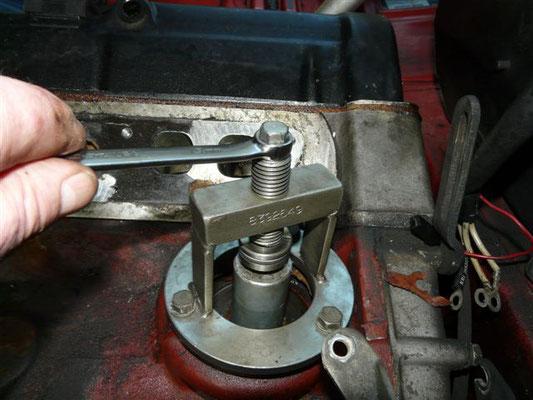 Spezialwerkzeug montieren und Pumpenwelle in den Motorblock pressen.