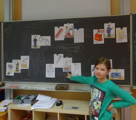 """Im Englischunterricht einer Klasse 3/4 wird das Thema Berufe und deren """"equipment"""" mit Hilfe eines Clusters erarbeitet."""