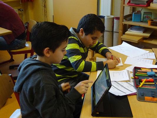 Mit Hilfe der Tablets werden auch Themen erarbeitet.