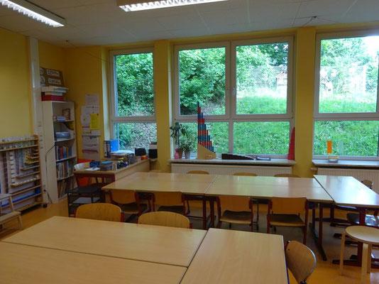 Von der Klasse aus kann man direkt in den Wald schauen.