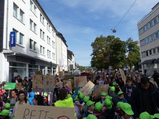 Dann passierte für uns etwas Unglaubliches: Ein Polizist kam und erklärte uns, wie wir uns der großen Demonstration anschließen sollten.