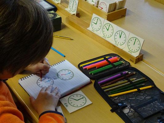Ein Schüler legt sich ein eigenes Uhrenheft an.