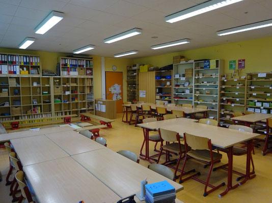 In der vorbereiteten Umgebung sind die Montessori-Materialien sortiert nach den einzelnen Fächern.