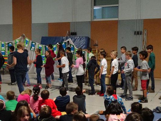 Tanzeinlage von den Kindern aus dem Wunderland und den Bären
