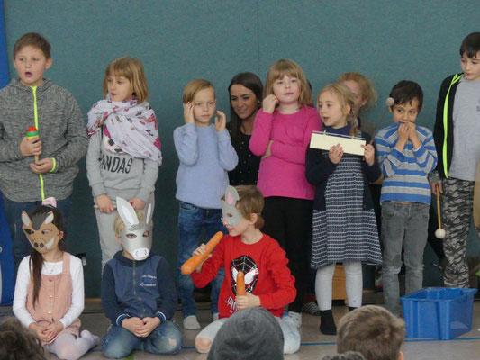 """Die Kinder der """"wilden Wölfe"""" haben ein Singspiel einstudiert."""