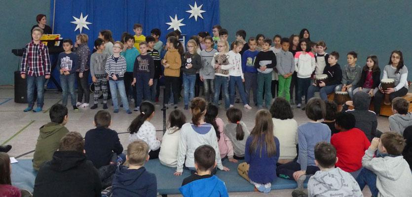 Die Kinder aus dem Wunderland und den Bären haben zusammen musiziert