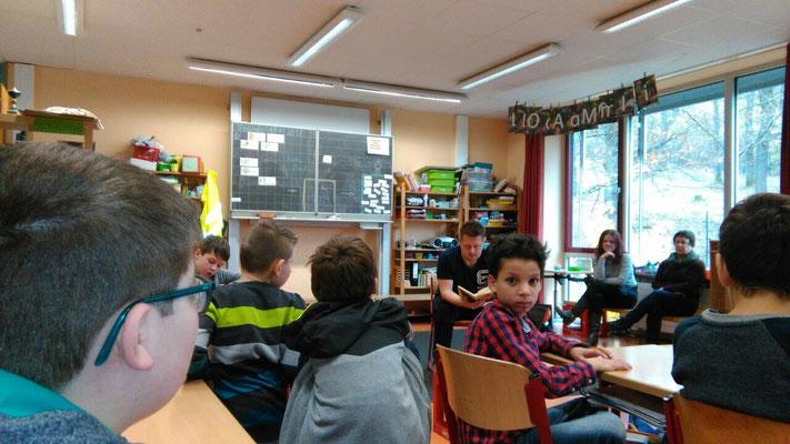 Herr Schirmer liest den Kindern der 3. und 4. Klasse vor