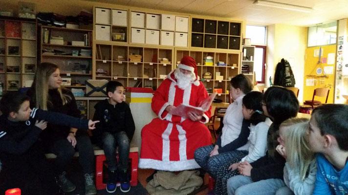 Der Förderverein lädt den Nikolaus in die Schule ein.