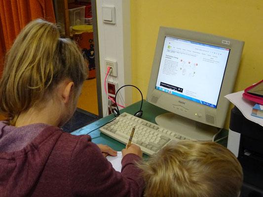 Hier forschen zwei Kinder am Computer an einem Thema für einen Vortrag.