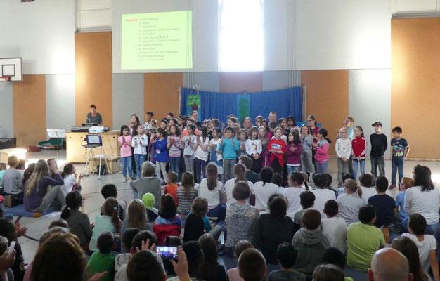 Der Schulchor sang mit allen die Schulhymne.