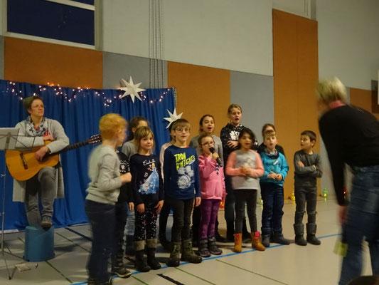 Der Schulchor begrüßte alle mit einem Lied und stimmte uns auf den zweiten Teil ein.
