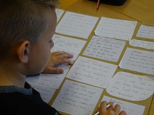 Ein Kind liest seine selbst verfassten Texte für einen Vortrag.