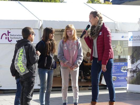 Bei der abschließenden Talk-Show durften auch Kinder unserer Schule von ihren Erlebnissen berichten.