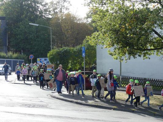 Ausgestattet mit neuen, grünen Kappen zog ein langer Menschenstrom Richtung Innenstadt.