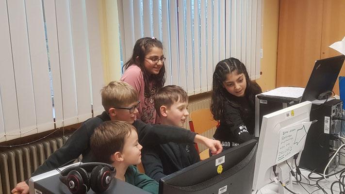 """Wir sind die Kinder der Homepage-AG (Viona fehlt leider) und haben ein Logo für unsere """"Kinder.Homepage"""" erstellt. Hier seht ihr, wie fleißig wir arbeiten. Jeder darf mit entscheiden und Vorschläge machen, wie das Logo werden soll."""