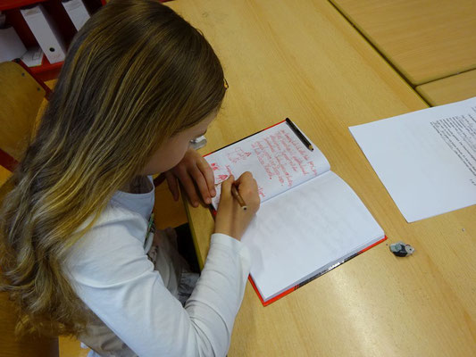 In den höheren Klassen schreiben die Kinder dann teils längere Geschichten vom Wochenende. Andere Klasse starten mit einem Erzählkreis.