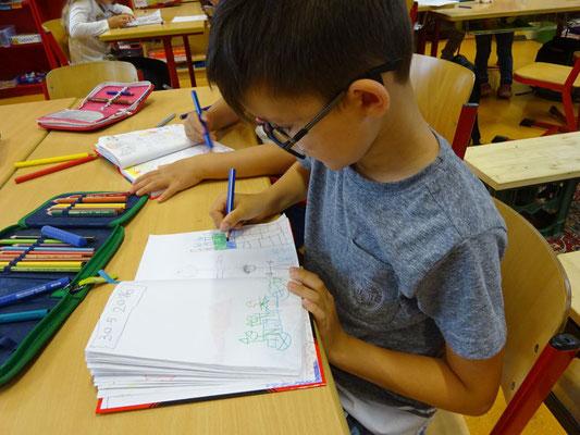 In einigen Klassen starten die Kinder montags mit dem Eintrag ins Tagebuch. Kinder aus dem ersten Schuljahr malen und schreiben je nach ihren Fähigkeiten.