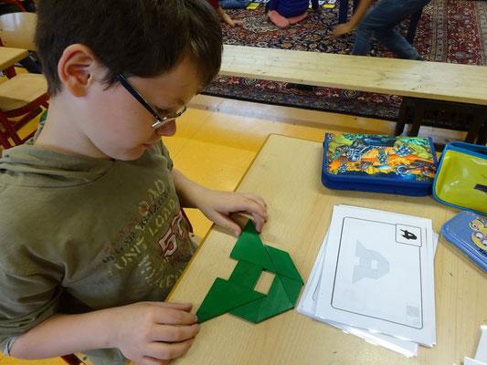 Neben den Montessorimaterialien arbeiten wir beispielsweise im Bereich der Geometrie auch mit Tangram.