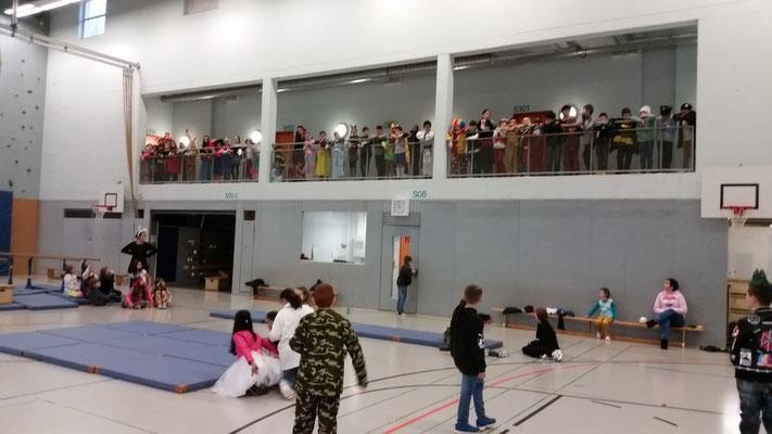 Jeweils vier Klassen feierten diesen Jahr zusammen in der Turnhalle.