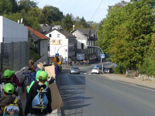 Bei der Überkreuzung der Fludersbach durch über 200 Menschen entstand der eine oder andere kleine Stau.