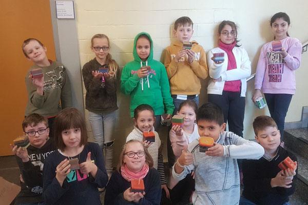 Am Basteltag hat Frau Grüne uns erklärt, wie man aus Kerzenresten neue Kerzen gießen kann. Alle Kinder hatten Spaß und haben sich Mühe gegeben. (Elyana und Lean)
