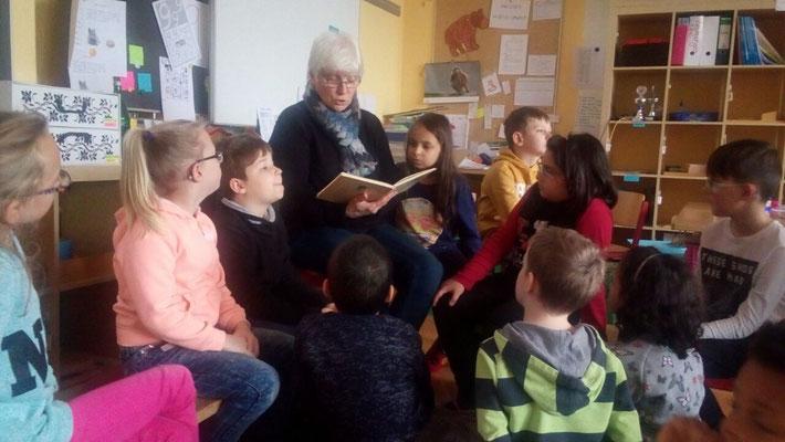 Frau  Kretzer liest den 1ern und 2ern vor