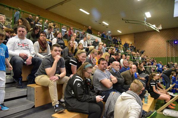 Der stattlich gefüllte Fanblock. Wobei die Dumbacher in der ganzen Halle verstreut waren.