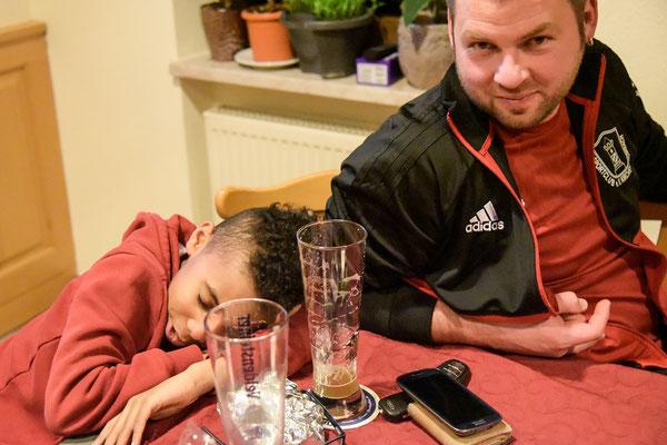 """""""Haben fertig"""" Nein das Bier hat er nicht getrunken, das hat sich unser Trainer gegönnt - verdient nach einem starken Tag!"""