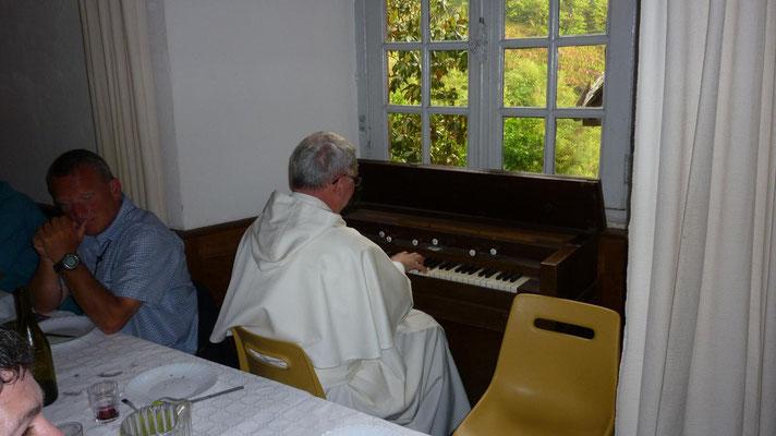 Conques - Frère Jean-Daniel à l'armonium