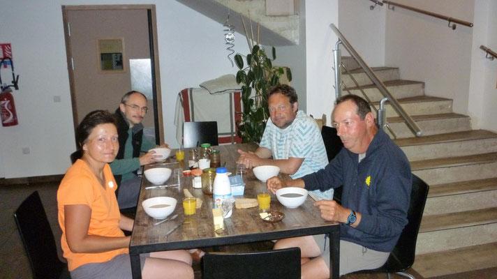 Petit déjeuner avec Jacques et Bernadette à Poudally
