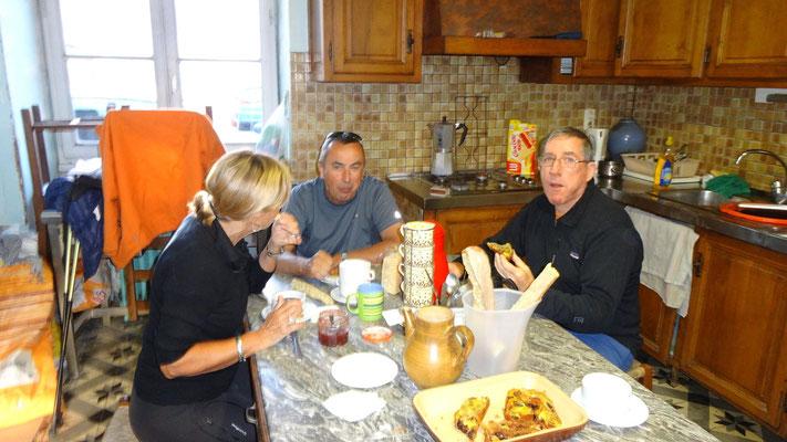 Joëlle, Jacky et Michel au peit déjeuner dans la boulangerie